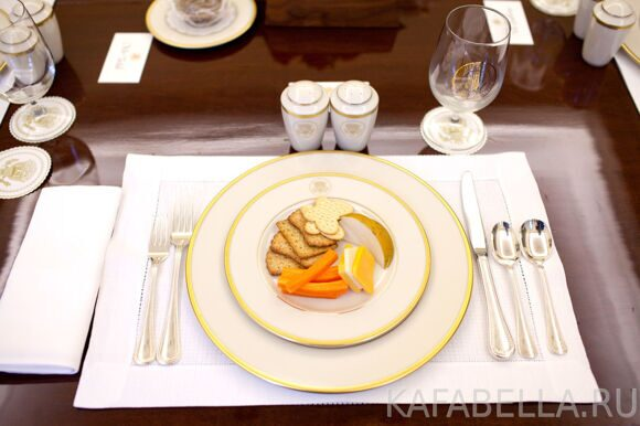 0519-0907-3018-0325_a_plate_of_cheese_crackers_and_carrots_for_a_lunch_with_president_barack_obama_at_the_white_house_o1